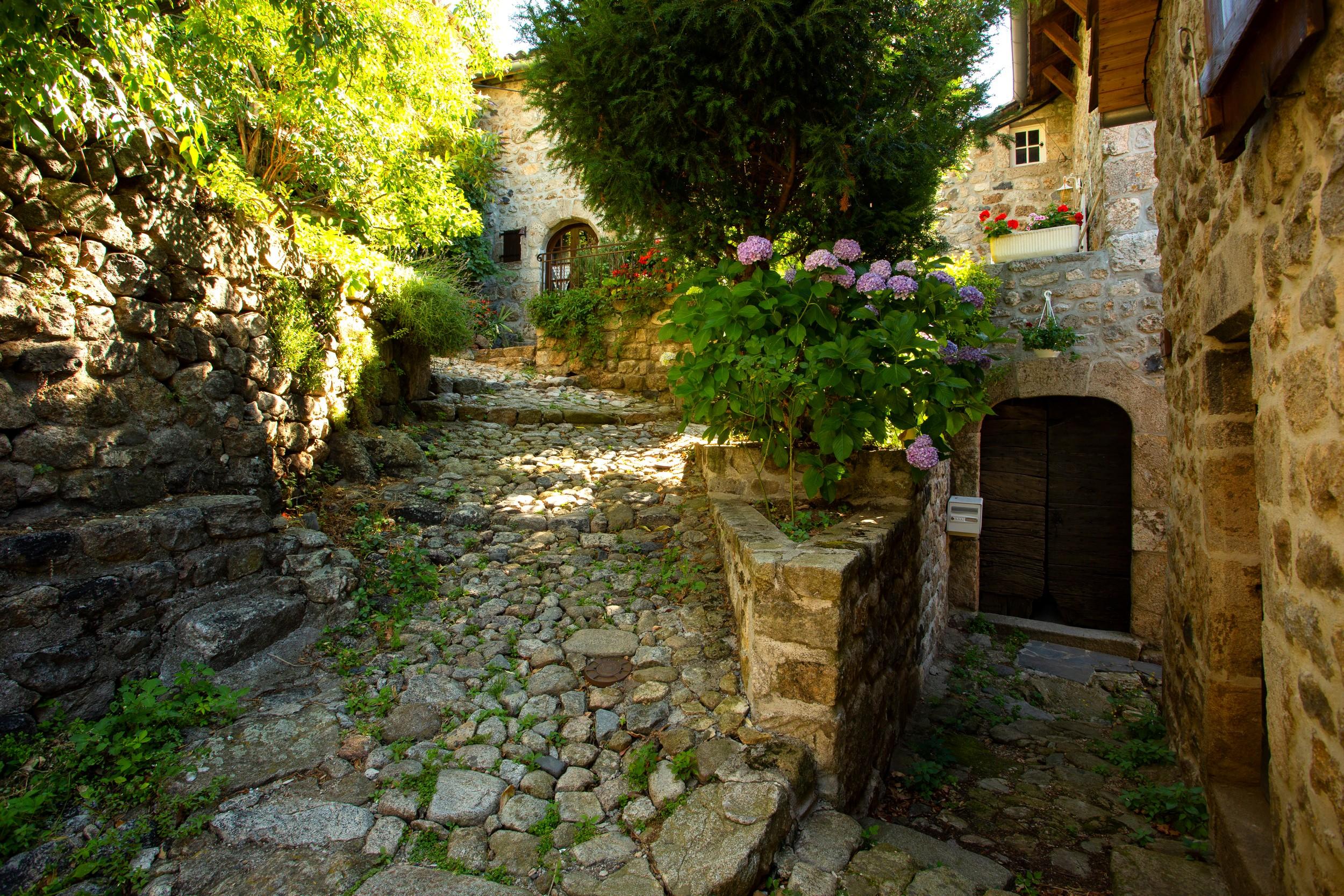 Burzet - Gîte et ruelle pavée du quartier médiéval ©S.BUGNON
