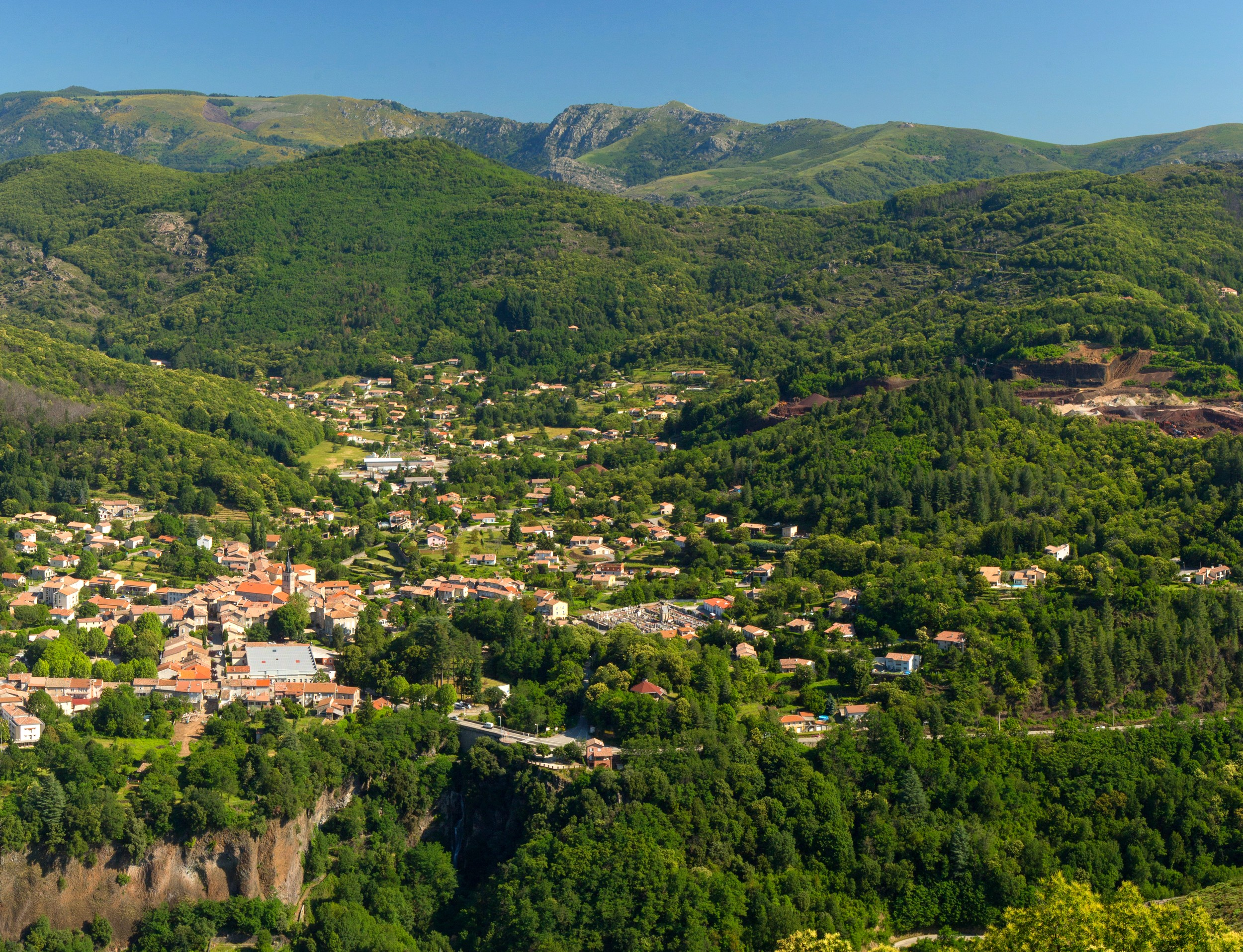 Thueyts - Le village et la vallée de l'Ardèche vus de Bouchard-zoom avec vue gravenne ©S.BUGNON