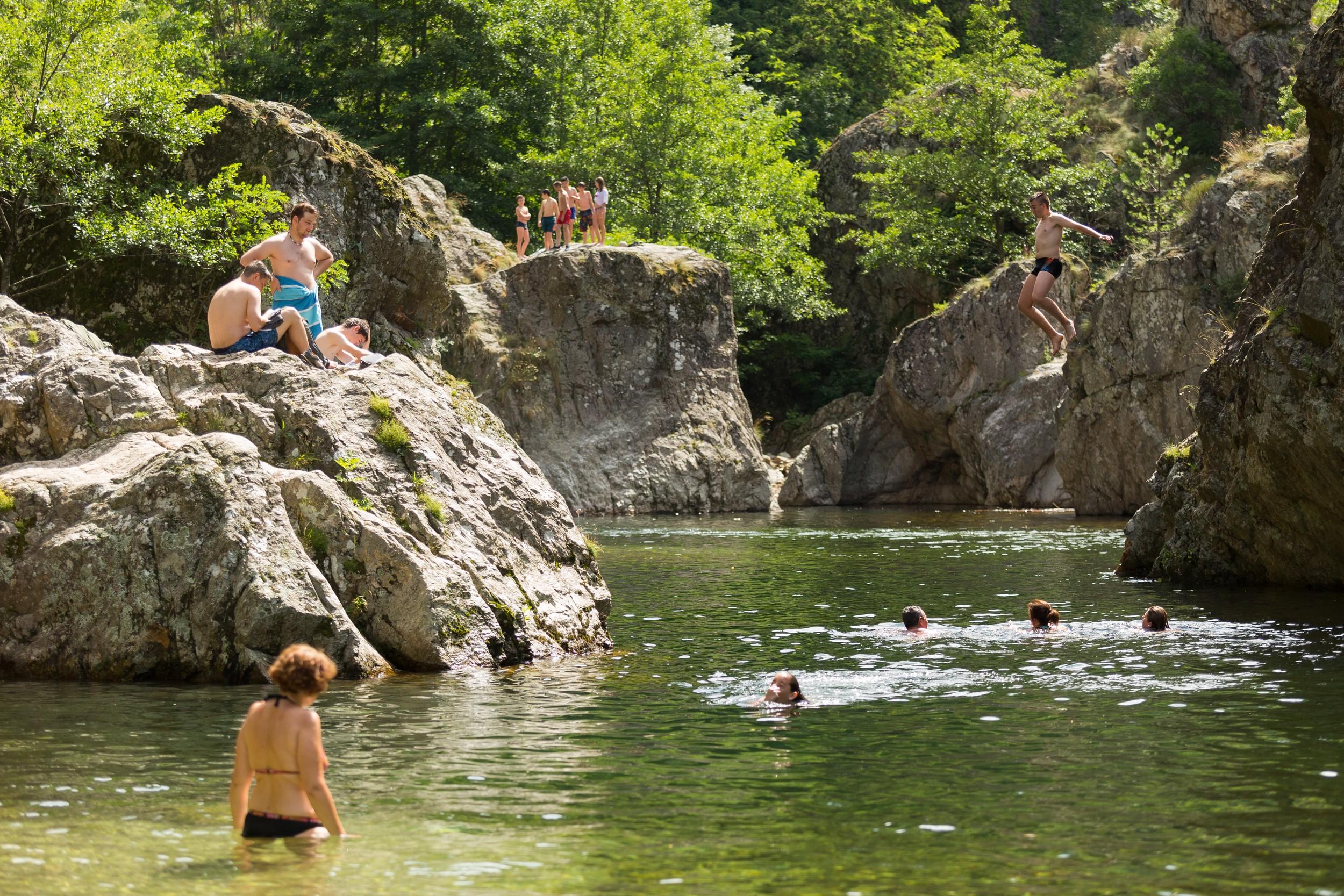 Baigneurs dans le Lignon à Jaujac