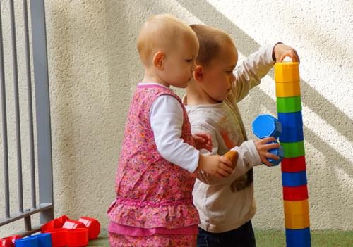 enfants-jouant-a-la-creche